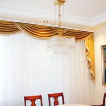 Wer würde nicht gerne in diesem mit klassischen Stuckelementen gestalteten Esszimmer seine Freunde bewirten? Oder aber auch selbst bewirtet werden ;-)
