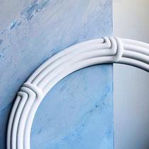 Dieser Stuck-Ring kommt vor der blauen Spachteltechnik wunderbar zur Geltung...