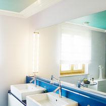 Mit frischen Farben, einer Innenabhängung mit schlichten Stuckprofilen und einer indirekten LED-Beleuchtung garantiert dieses Badezimmer einen guten Start in den Tag.