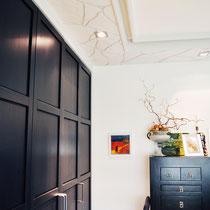 Die Kombination von modernem Stuckprofil, dunklen und hellen Flächen und einigen Farbakzenten machen dieses Schlafzimmer zu etwas Besonderem.