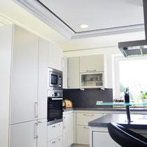 Freundliche Küche mit integrierter, indirekter Beleuchtung und LED-Downlights.