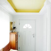 Schmales Vorzimmer, das durch die minimalistische Stuckdecke, die indirekte LED-Beleuchtung und die raffinierte Farbgestaltung höher und vor allem breiter wirkt.