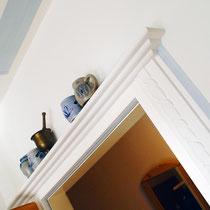 Auch Wohnräume im Landhausstil profitieren durch passende Stuckprofile.