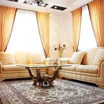 Dieses klassische Wohnzimmer strahlt Eleganz aus.