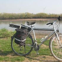 Hinter dem Fahrrad liegt der Strand (Foto: Andreas Zours)