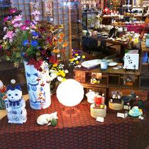 【カタチ】 店舗ディスプレイ「招き猫まつり」瀬戸蔵セラミックプラザにて 秋のイベント展示。いろいろな表情をした猫の陶器で、猫が楽しく集うシーンを表現。
