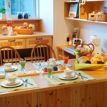 【カタチ】 キッチンショールーム「kotocoto」にて 撮影用フードコーディネート 料理上手な子育て中のワーキングウーマンが手作り朝食にこだわる風景。