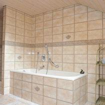 Zweites Badezimmer mit Wanne, Dusche, Doppelwaschtisch, WC