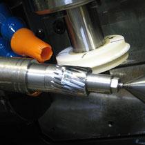 最小砥石径φ50  切りあがりのある歯車、段付歯車にも歯研が可能。