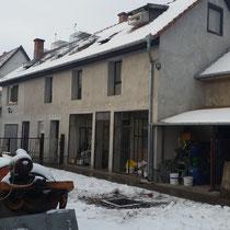 ganz links das Wohnhaus von Robert, rechts daneben ein Teil der Taubenställe