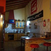 Die offene Küche der Arrifana Surf Lodge