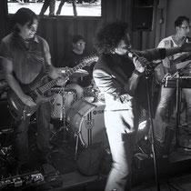 Guitare : Mao Blanc, Batterie : Nicolas Filiatreau, Basse : James Marceddu, Vocals : Loaï - © O.B.S.