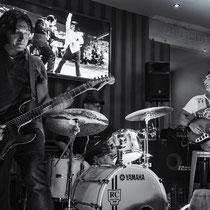 Guitare : Mao Blanc, Batterie : Nicolas Filiatreau, Basse : James Marceddu - © O.B.S.
