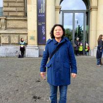 Daekwan begeistert und frierend im kalten Aprilwind