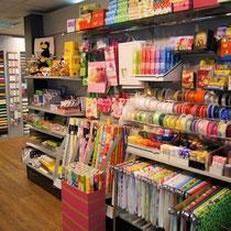Eine große Auswahl an Geschenk-Utensilien wie: Papier, Geschenkbänder und Boxen