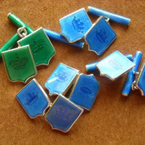 14/14 Scudini: singoli o doppi con coroncina incisa e sopra smalto in trasparenza. Silver shied cufflinks with crown engraved and transparent enamel.
