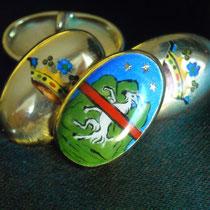 13/14 c Gemelli in oro bombati con stemma e corona dipinti a miniatura con smalti a fuoco.  Pair of cufflinks painted with hot enamel miniature with crest and crown.