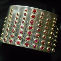 11/16 Bracciale rigido:cascata di rubini, lavorazioni galuchat. Cuff with rubies set in gold and galuchat  engraving.