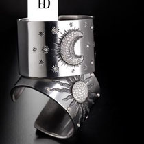 1/16 Cuff rigidi in ferro: sole e luna cesellati in oro con diamanti. Lavorazione galluchat.incisione a bulino Iron cuffs ceselled with moon or sun set in gold, diamonds and galuchat engravings