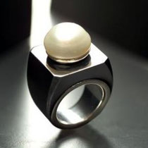19 SuperTeodolinda:anello in ferro pesante con perla bottom bianca australiana mm16- huge iron heavy ring surmounted by a bottom  Australian white pearl,gold inside