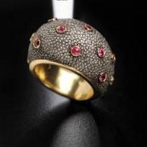 26 Sigfried anello bombato piccolo e leggero con rubini o altre pietre montati in oro su tutta la superfice. Small round shape ring with rubies ( or other stones) set in yellow gold,gold inside.