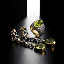 31 IdB in ferro con peridoto ovale,montato in oro - interno oro- incisione galuchat/Medium size iron ring,peridot set in gold, gold inside too.