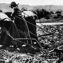Mujeres arando la tierra en Francia.