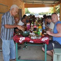 """tous les """"vieux"""" (anciens) et nous à table. Les autres mangent sur des nattes"""