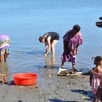 j'aide à laver l'igname dans le lagon