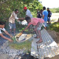 remplissent les paniers tressés de viande qui cuiront à l'etoufée