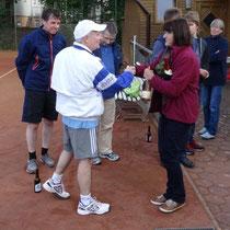Vizemeister Thomas Lück und Gerhard Koch mit Irene Kittler, Spartenleiterin Tennis
