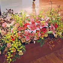 ¥10000(左画像中央部)  159×60x63 発表会ステージテーブル花