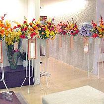 (左画像全体図) 住宅展示場御祝アートフラワースタンド花