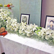 ¥18000(左画像拡大) 葬儀会場祭壇花(右側一部) 235×65x28