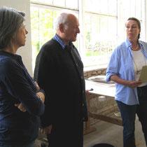 Zeugnisausgabe - Kurs Abstrakte Ölmalerei mit Prof. Nikolaus Hipp (mitte), hier zusammen mit Baronin Peggy von Cramer-Klett (links) von der Sommerakademie Aschau