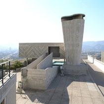 屋上、排気塔と斜路、2階建ての保育園を見る。右側走行コース