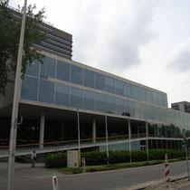 北側外観 1階右側カフェテリア 2階大講義室 3,4階試験ホール