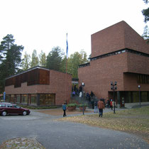 南東からの外観 左の棟が図書館 階段を挟んで右側が役場と議場