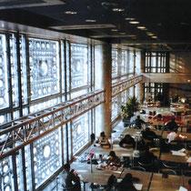 図書館 ガラス面に光量自動調節装置