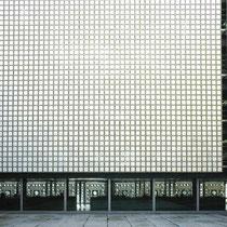 5階中庭コート 白大理石切片スクリーン