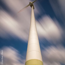 Windkraftanlage in Jade-Windpark Wilhelmshaven, aufgenommen mit ND-Filter
