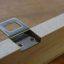 吊り金具(片側に1つずつついてます、ケースを閉めると一直線上に並びます)