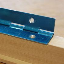 蝶番です(2個付いています。写真で青いのは保護テープを張ってあるためです。)