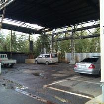屋根付き広々の駐車スペースです