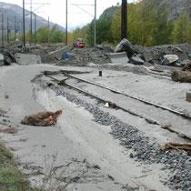 Zerstörte Eisenbahngeleise im Talgrund, Oktober 2001 © Robert Hansen