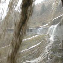 Wassermassen tosen über eine Galerie am Simplonpass, Oktober 2001 © Robert Hansen