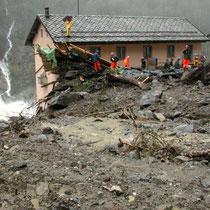 Die Schlammlawine hat Häuser weggeschoben, Oktober 2001 © Robert Hansen