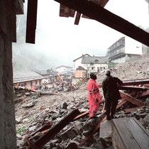 Die Rettungstruppen begutachten die Schäden am Stockalperpalast, Oktober 2001 © Robert Hansen