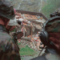Befehlsausgabe an die Rettungstruppen in Gondo, Oktober 2001 © Robert Hansen
