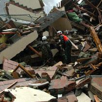Die Rettungstruppen such in einem zerstörten Haus nach Überlebenden, Oktober 2001 © Robert Hansen